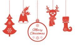 Verschiedene Weihnachtsanhänger wie eine Glocke mit Stechpalme, Ball, Tannenbaum mit Schneeflocken, ein Rotwild im Schal, auf Lag Stockfotos