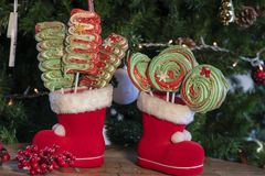 Verschiedene Weihnachtsbonbons und -süßigkeiten mit Weihnachtsbaum auf hölzerner Tabelle lizenzfreies stockfoto