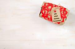 Verschiedene Weihnachtsgeschenke mit handgemachter Dekoration Stockbild