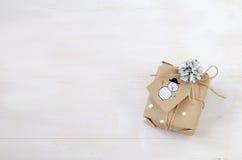 Verschiedene Weihnachtsgeschenke mit handgemachter Dekoration Stockfoto