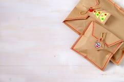 Verschiedene Weihnachtsgeschenke mit handgemachter Dekoration Lizenzfreies Stockbild