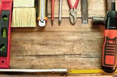 Verschiedene Werkzeuge auf einem Bretterboden Stockbild