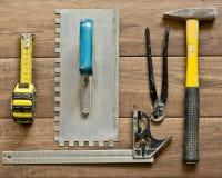 Verschiedene Werkzeuge für das Mit Ziegeln decken Stockfotos