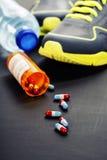 Verschiedene Werkzeuge für Sport und Pillen Lizenzfreies Stockfoto