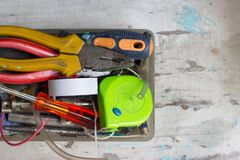 Verschiedene Werkzeuge im Kasten, auf weißem Hintergrund Stockbild
