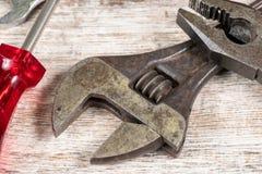 Verschiedene Werkzeuge mit Schlüssel lizenzfreies stockfoto
