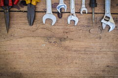 Verschiedene Werkzeugversorgungen auf einem hölzernen Hintergrund Stockbild