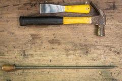 Verschiedene Werkzeugversorgungen auf einem hölzernen Hintergrund Stockbilder