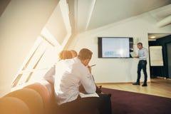 Verschiedene Wirtschaftler, die in einem Büro während eines presentatio sitzen stockfoto