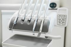 Verschiedene zahnmedizinische Instrumente und Werkzeuge in einem Zahnarztbüro lizenzfreie stockbilder