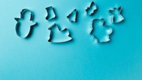 Verschiedener Formschneider der Weihnachtspl?tzchen auf blauem Hintergrund mit Kopienraum Beschneidungspfad eingeschlossen Flache stockfotos