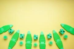 Verschiedener Kinderspielwarenhintergrund in den grünen Farben, gelber Hintergrund lizenzfreies stockbild