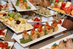 Verschiedener Snack auf Restauranttabelle Stockbilder