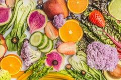 Verschiedener Sommerobst- und gemüse -nahrungsmittelhintergrund, Draufsicht stockbilder