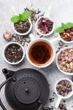 Verschiedener Tee und Teekanne Schwarzer, grüner und roter Tee stockbild