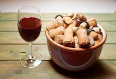 Verschiedener Wein bekorkt altes und neues mit Weinglas lizenzfreies stockfoto