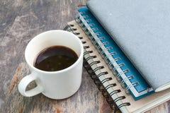 Verschiedenes Anmerkungsbuch mit Kaffeetasse Lizenzfreie Stockbilder