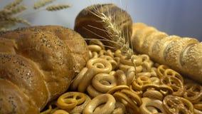 Verschiedenes Brot und Ohren des Weizens schließen hd Lizenzfreies Stockbild