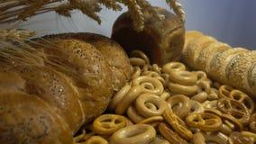 Verschiedenes Brot und Ohren des Weizens schließen hd Stockbilder