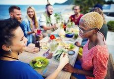 Verschiedenes ethnisches Freundschafts-Partei-Freizeit-Glück-Konzept Stockfotografie