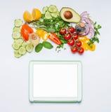 Verschiedenes frisches organisches Gemüse für geschmackvollen Sommersalat- und -tablettenspott oben auf weißem Hintergrund, Drauf Lizenzfreies Stockbild
