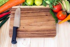 Verschiedenes Gemüse und Holzklotz für bereiten das Kochen vor Stockfotos