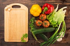Verschiedenes Gemüse und leeres Schneidebrett Stockbilder