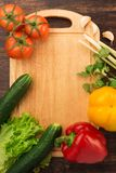 Verschiedenes Gemüse und leeres Schneidebrett lizenzfreie stockfotos