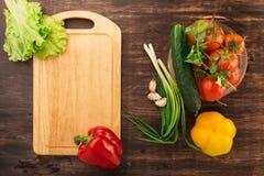 Verschiedenes Gemüse und leeres Schneidebrett Lizenzfreies Stockbild