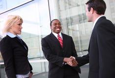 Verschiedenes Geschäfts-Team, das Hände rüttelt Lizenzfreie Stockbilder
