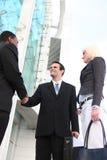Verschiedenes Geschäfts-Team, das Hände rüttelt stockbild