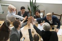 Verschiedenes Geschäftsteam, das darstellende Einheit des Hochs fünf, Draufsicht gibt stockbilder