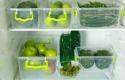 Verschiedenes grünes Gemüse und Früchte stockbild