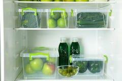 Verschiedenes grünes Gemüse und Früchte in den Behältern lizenzfreies stockbild
