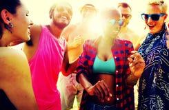 Verschiedenes Gruppen-Leute-Strandfest-Tanzen-Konzept Stockfotos