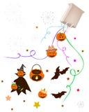 Verschiedenes Halloween-Einzelteil und -übel, die von der Papiertüte fällt Stockfoto