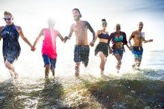 Verschiedenes junge Leute-Spaß-Strand-Konzept stockfotografie