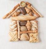 Verschiedenes kleines gebackenes Brot und Brötchen Lizenzfreies Stockfoto