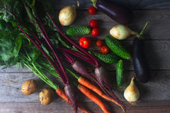 Verschiedenes organisches Gemüse auf rustikalem hölzernem Hintergrund, gesunder Lebensstil, Herbsternte, rohes Lebensmittel, Drau Stockfotos