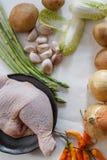 Verschiedenes organisches Gemüse auf weißem hölzernem Hintergrund Stockbild