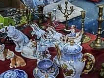 Verschiedenes Porzellan und Figürchen an der Flohmarkt in Tiflis lizenzfreie stockfotos
