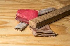 Verschiedenes Sandpapier-und Eichen-Holz auf Kiefern-Werktisch Endgrain Stockfotos
