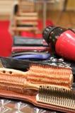 Verschiedenes Schönheitszubehör an einem Salon stockfotografie