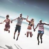 Verschiedenes Strand-Sommer-Freund-Spaß-Jump-Shot-Konzept Stockfotos