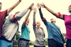 Verschiedenes Team, das ihre Hände stapelt lizenzfreies stockfoto