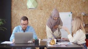 Verschiedenes Team im Büro stock video