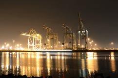 Verschiffungshafen auf einer Winter-Nacht Stockbild