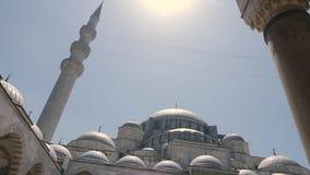 Verschijning in de binnenplaats van de Grote moskee van Sulaymaniyah op een de zomerdag stock videobeelden