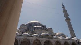 Verschijning in de binnenplaats van de Grote moskee van Sulaymaniyah op een de zomerdag stock video