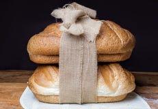 Verschillend brood twee op de houten die lijst, met jute wordt verbonden stock foto's